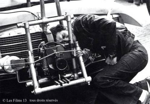 """EL DIRECTOR El cineasta Claude Lelouch nació en Francia en 1937, poco antes de la ocupación nazi. Hijo de judíos, su juventud se desarrolló en el París de la posguerra. El pequeño Lelouch no era muy buen estudiante así que su padre le regaló una cámara para ver si aquello lograba despertar algo en él; y vaya si lo hizo. Sus primeros trabajos profesionales se ciñeron a filmar eventos deportivos como las 24 Horas de Le Mans y el Tour de Francia. Para encontrar su primer largometraje hay que avanzar hasta 1960, aunque sus inicios no fueron muy prometedores. Su film 'Le propre de l'homme' cosechó duras críticas de la entonces influyente revista Cahiers du cinéma, que llegó a decir """"Claude Lelouch, recuerden bien ese nombre, porque nunca volverán a escucharlo"""". Este """"pequeño"""" contratiempo no desanimó a Lelouch que poco después alcanzaría el reconocimiento de crítica y público con 'Un hombre y una mujer', que se alzó con la Palma de Oro de Cannes y el Óscar a Mejor Película Extranjera en 1966. Tras este sonado éxito, la carrera de este polifacético artista -ha sido director, productor, guionista, escritor y actor- comenzó a despegar pero no sería hasta 1981 que firmó la que es considerada su mejor película hasta ahora, 'Los unos y los otros', un drama musical con la Segunda Guerra Mundial como telón de fondo. El director, que ahora cuenta con 76 años, sigue en activo. Su última película ha sido 'Ces amours-là', estrenada en Francia en 2010."""